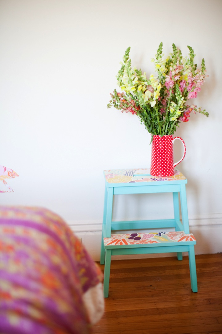 Những chiếc ghế đổ đồ hay kệ nhỏ cũng có thể sơn màu pastel nhẹ nhàng kết hợp với giấy decal họa tiết hoa lá giúp tăng thêm phong cách vintage cho căn phòng.