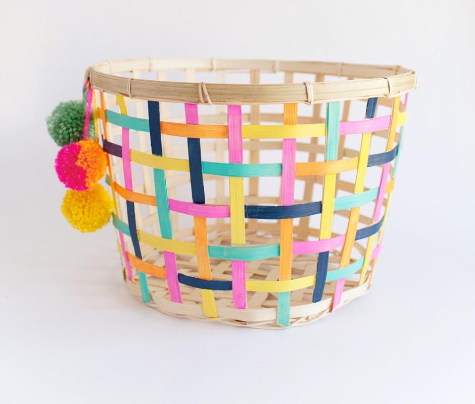 Bạn có thể sơn màu mới cho những chiếc giỏ bằng mây tre đan, kết hợp nhiều màu khác nhau và lựa chọn những gam màu sáng sẽ giúp chúng trông đáng yêu và bắt mắt hơn. Bạn có thể dùng chúng để bỏ quần áo, chăn…