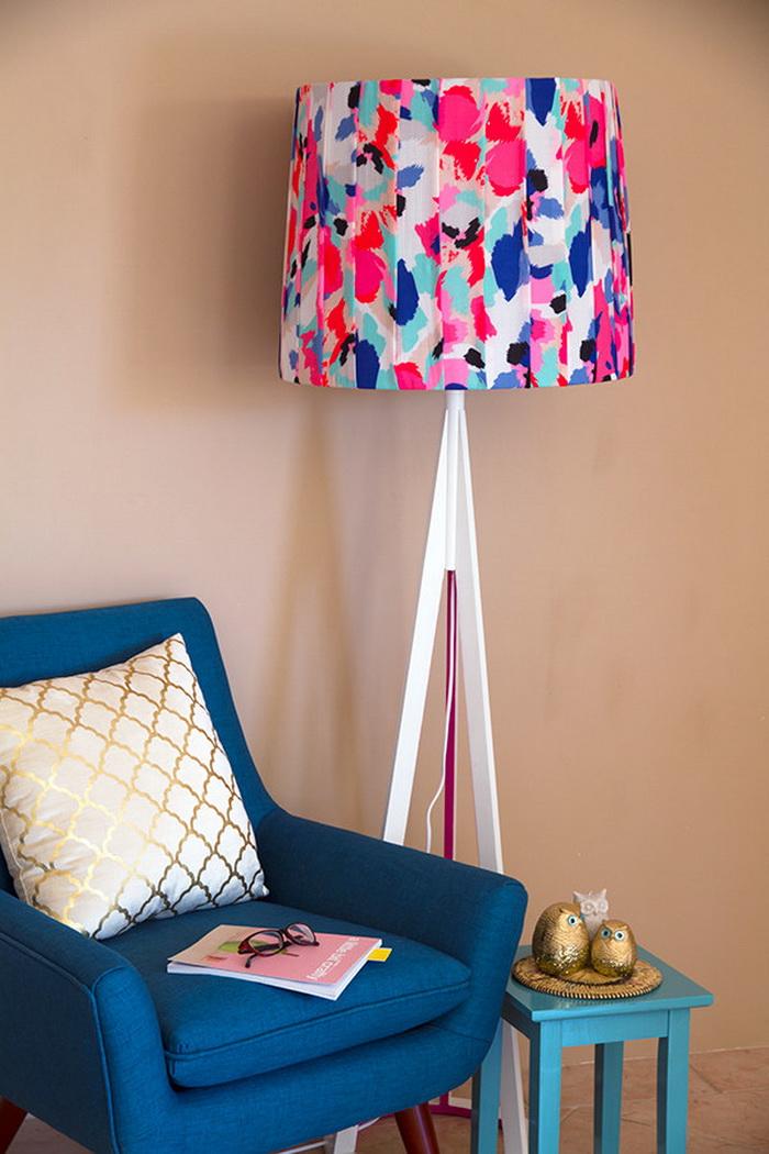 Những chiếc đèn sàn hay đèn phòng ngủ với chiếc chụp đèn vô cùng đơn điệu và nhàm chán, bạn có thể kiếm một mảnh vải màu sắc với họa tiết bắt mắt, sau đó gấp ly và dung keo dán vào chiếc chụp đèn. Vậy là bạn đã có chiếc đèn mới vô cùng bắt mắt rồi.