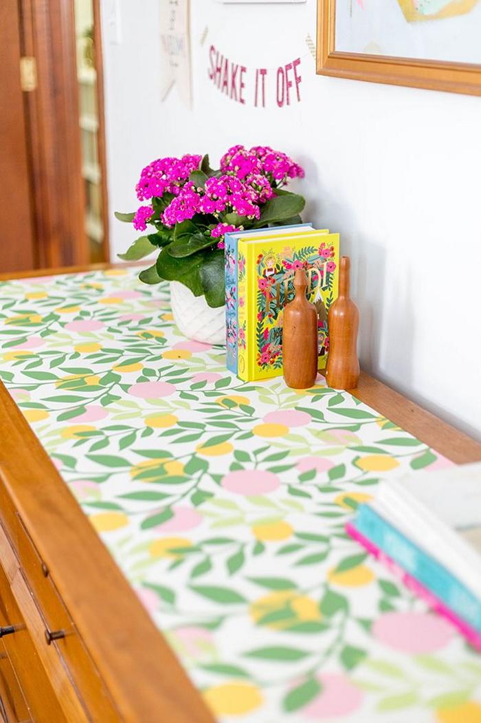 Mặt bàn có thể dùng vải họa tiết hoa lá sặc sỡ để làm khăn trải bàn giúp bớt đi sự đơn điệu và tẻ nhạt.